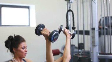 Allenatore femminile aiutando pesi ascensore donna — Video Stock