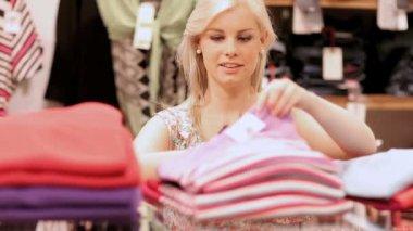 Kobieta składanie ubrania i uśmiechając się — Wideo stockowe