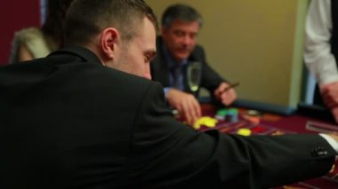 Placing bets at craps table — Stock Video