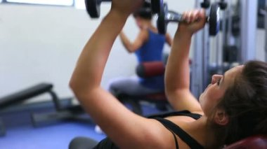 Kvinna lifitng vikter — Stockvideo