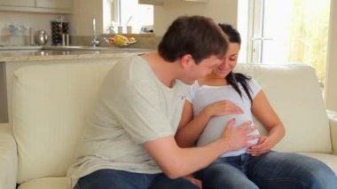 Man luisteren naar wifes zwangere buik — Stockvideo
