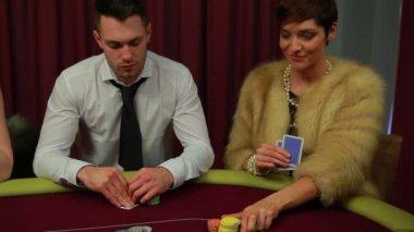 男人和女人只留下了扑克游戏和赢得的女人 — 图库视频影像