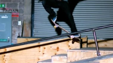 Skater doing crook slide down rail — Stok video