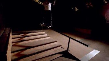 Skater robi oszust dół poręczy — Wideo stockowe