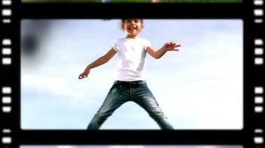 Rolo de filme de uma mãe e crianças brincando no parque — Vídeo Stock