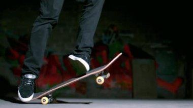 Pattinatore esegue trucco flip 360 — Video Stock