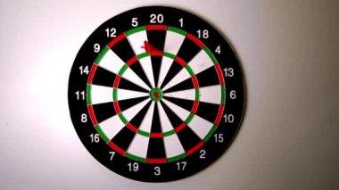 Dart frapper le jeu de fléchettes à côté d'un autre dart — Vidéo