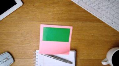 Pink sticky notes with chroma key falling onto office desk — Stock Video