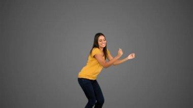 Kobieta skoki na szarym tle — Wideo stockowe