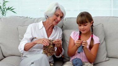 Granny teaching her granddaughter how to knit — Stock Video