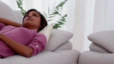 Frau entspannend auf sofa — Stockvideo