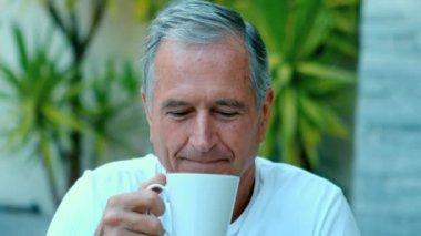 советский человек, наслаждаясь кофе за пределами — Стоковое видео