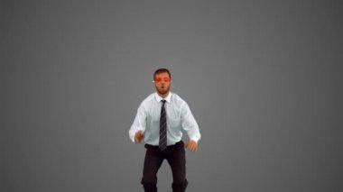 Uomo d'affari indossando occhiali da nuoto, salto su sfondo grigio — Video Stock