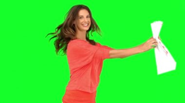 Woman revolving while showing a shopping bag on green screen — Stock Video