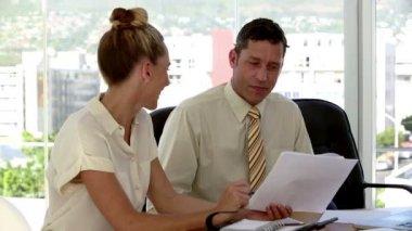 Podnikatel instruktáž svého kolegu — Stock video