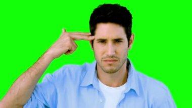Człowiek niby do siebie strzelać z ręki na zielony ekran — Wideo stockowe