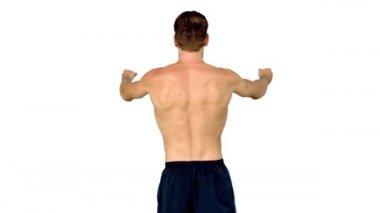 Gömleksiz adam kaslarına gösterilen — Stok video