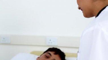 Doctors prescribing pills to patient — Stock Video