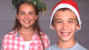 Uśmiechający się rodzeństwo z hat bożego narodzenia — Wideo stockowe