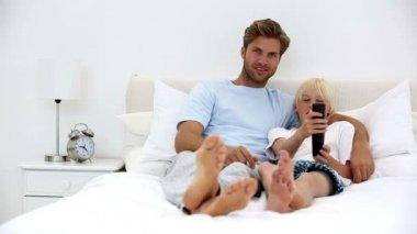 Vater und sohn gemeinsam vor dem fernseher — Stockvideo