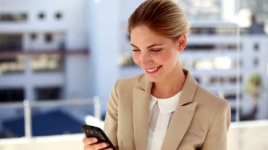 Portrait of smiling businesswoman text messaging — 图库视频影像