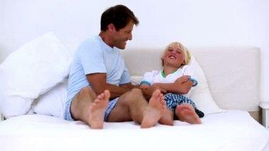 胳肢他的儿子的父亲 — 图库视频影像