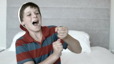 Happy boy using party popper in the bedroom in black and white — Stock Video