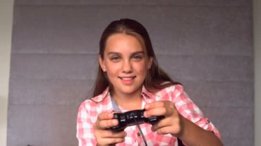 Girl playing at video game — Wideo stockowe
