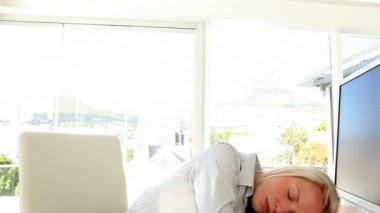 Businesswoman having a nap — Stock Video