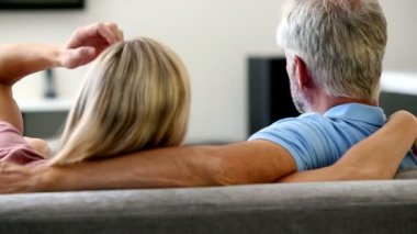 Mature couple watching television — Stock Video