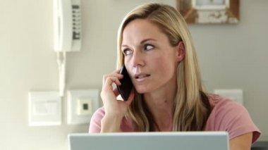 Frustrerade kvinnan skaka huvudet medan hon är på telefonen — Stockvideo