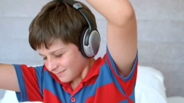 Young boy enjoying music with headphones — Stock Video