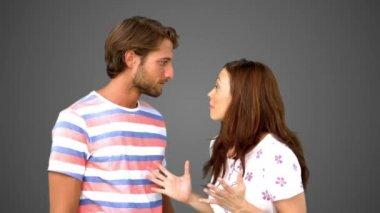 Kadın arkadaşı büyük bir sır gri arka plan üzerinde söylemek — Stok video