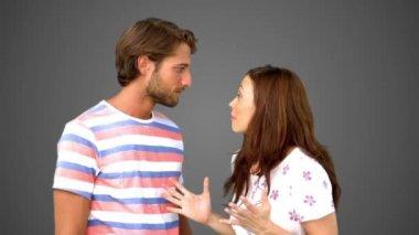 Kvinnan berättar hennes vän en massiv hemlighet på grå bakgrund — Stockvideo