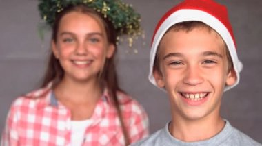 Smiling siblings with christmas hat — Stock Video