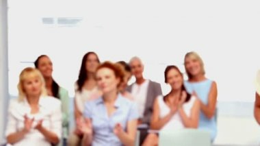 Buisnesswomen applauding colleague — Video Stock
