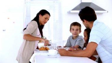 Matka wlewając mleko na śniadanie rodziny — Wideo stockowe