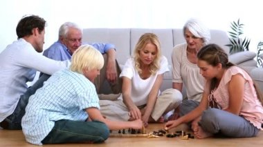 Family playing chess at home — Stock Video