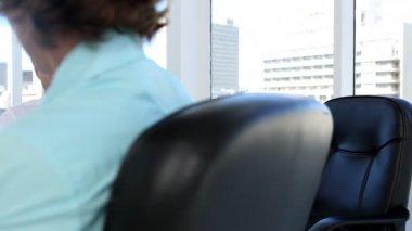 Zakenvrouw schrijven en beluisteren van een belangrijk zakenman — Stockvideo