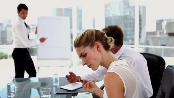 Femme d'affaires, obtenir une idée — Vidéo