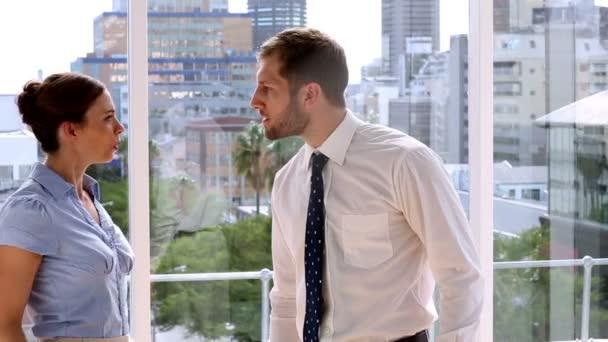 Femme d'affaires ayant une lutte massive avec l'homme d'affaires — Vidéo