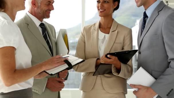 Discutir el plan de negocios — Vídeo de stock