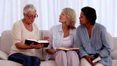 Retired friends studying the bible together — Stok video