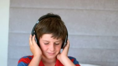 Dancing young boy enjoying music with headphones — Stock Video