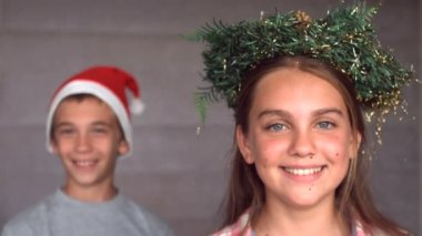 Siblings wearing garland and hat to celebrate christmas — Stock Video