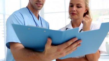 Doctors analysing a folder — Stock Video