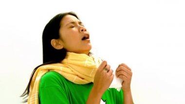 Asijské dámy v zelené tričko a kýchání, Žlutý šátek — Stock video