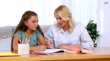 Mother and daughter doing homework together — Stock Video #25691207