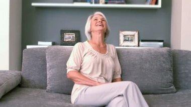 Bývalý žena smát na gauči — Stock video