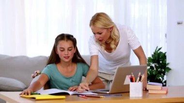 moeder haar dochter helpen met huiswerk — Stockvideo #25691283